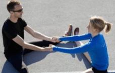 coppia che pratica yoga